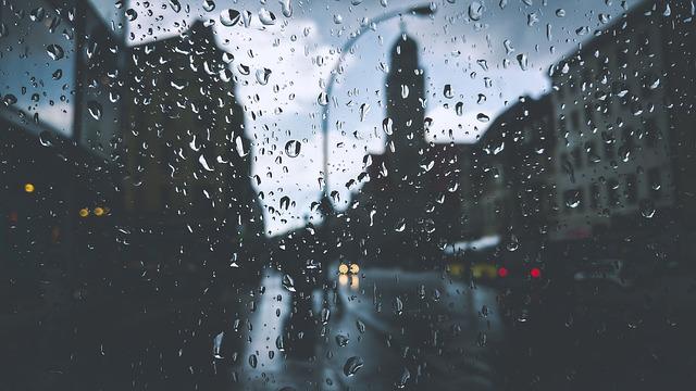 Det regnar och läcker in från taket.